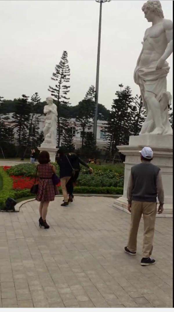 Anh chàng bị ném đá khi tung cước đánh bạn gái chốn đông người