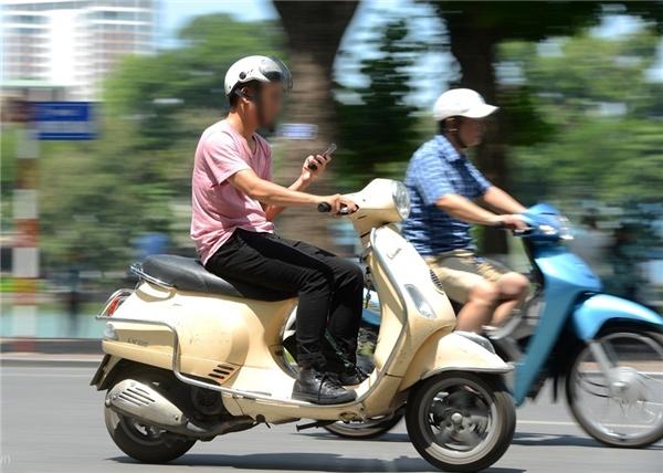 Vừa lái xe vừa nghe điện thoại sẽ khiến bạn mất tập trung vào việc lái xe dễ gây ra tai nạn. (Ảnh: internet)