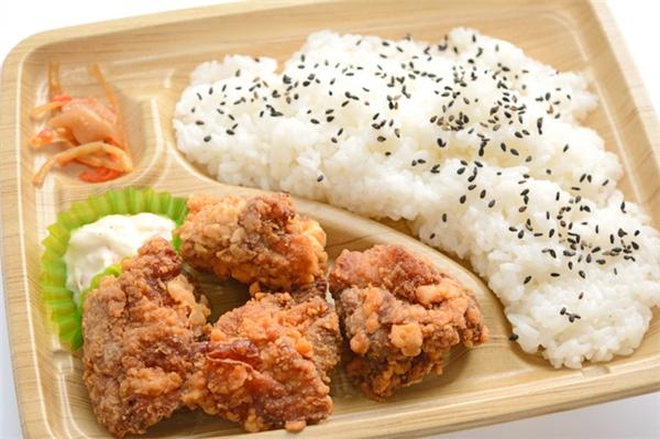 Karaage không chỉ được dùng trong bento mà còn xuất hiện trong các nhà hàng hay tại nhà.
