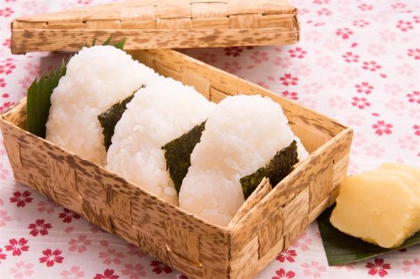 Musubi bento rất được người Nhật ưa chuộng vì tính thuận tiện khi ăn.