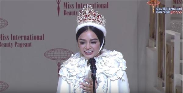 Khoảnh khắc đăng quang của Hoa hậu Quốc tế 2016Kylie Verzosa.