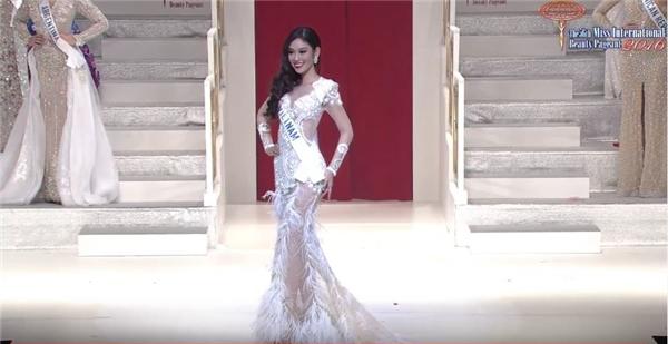 Phương Linh trình diễn trang phục dạ hội trong buổi chung kết.