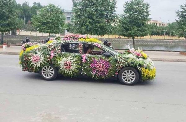 Dân tình rần rần với chiếc xe hoa đúng nghĩa của cô dâu chú rể
