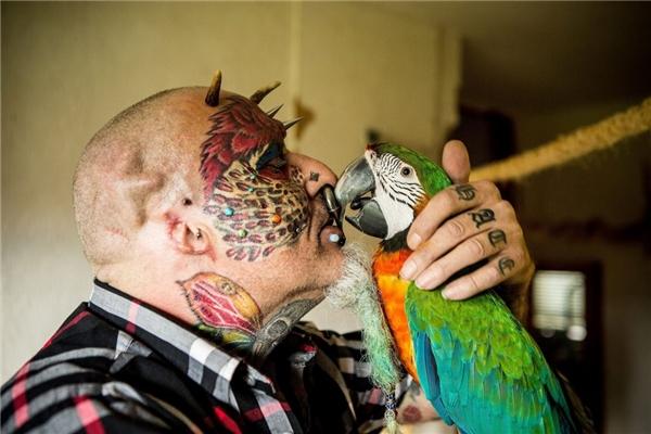 Ted có một tình yêu vô bờ bến dành cho loài vẹt.