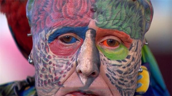 Ông xăm hai nhãn cầu của mình bằng màu xanh và màu đỏ, vàxăm hơn 100 hình khắp mặtnhằm mô phỏng bộ lông rực rỡ của loài vẹt.