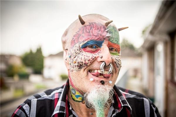 Cụ già 57 tuổi phẫu thuật thẩm mĩ và xăm mình để trở thành loài vẹt