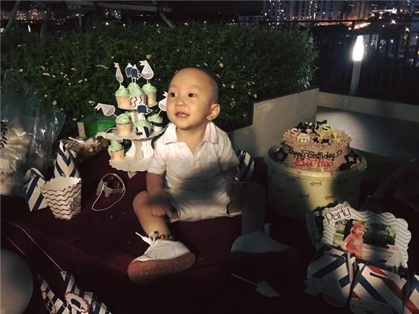 Su Hào khoái chí với buổi tiệc sinh nhật mà bố mẹ đã chuẩn bị dành tặngriêng cho mình. - Tin sao Viet - Tin tuc sao Viet - Scandal sao Viet - Tin tuc cua Sao - Tin cua Sao