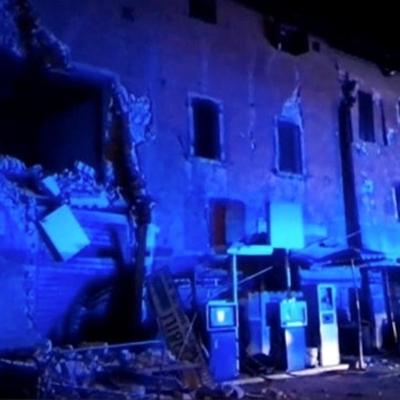 Hai trận động đất xảy ra liên tiếp khiến nhiều ngôi nhà bị san bằng.