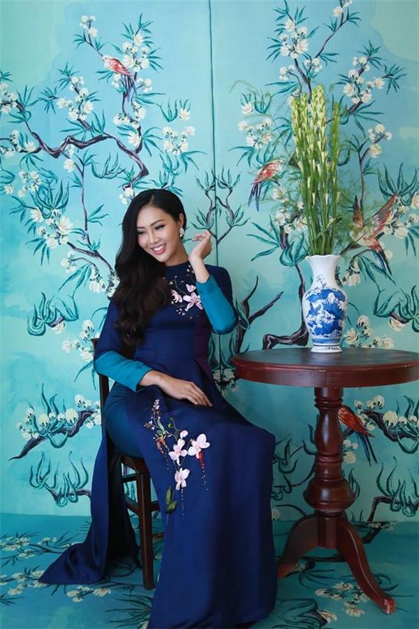 Diệu Ngọc diện áo dài tối màu kết hợp họa tiết tương phản sắc độ của nhà thiết kế Tùng Vũ. Theo chia sẻ của cô, Tùng Vũ sẽ là một người đồng hành quan trọng trong việc chuẩn bị hành trang thi đấu tại Hoa hậu Thế giới sắp tới.