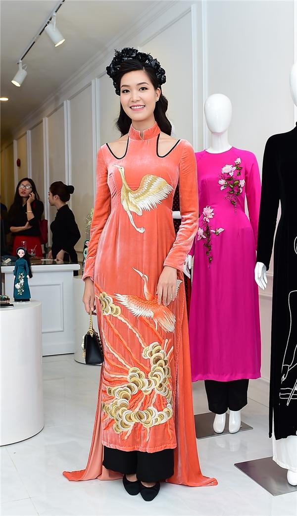 Hoa hậu Việt Nam 2008 Thùy Dung nổi bật với sắc cam kết hợp chi tiết cut-out ở vai cùng họa tiết chim hạc.