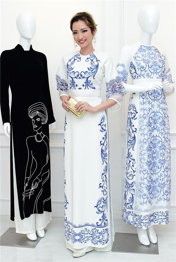 Trúc Diễm chọn áo dài với hai tông màu xanh, trắng làm chủ đạo.