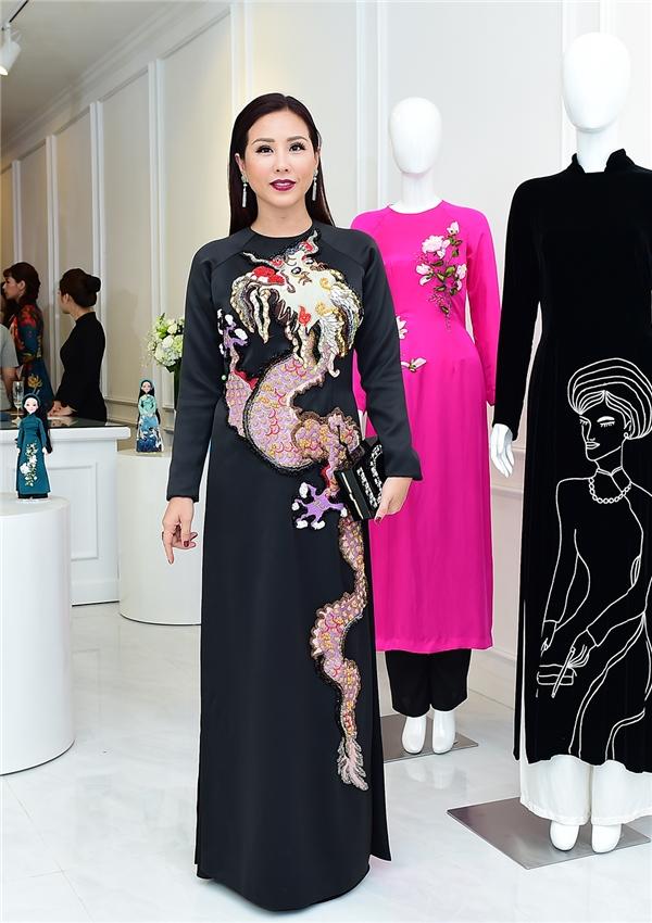 Hoa hậu Phu nhân Thu Hoài sắc sảo với áo dài của Thủy Nguyễn.