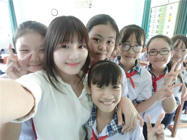 Hình ảnh của cô giáo trẻ tuổi cùng các em học sinh đang khiến dân mạng xôn xao.