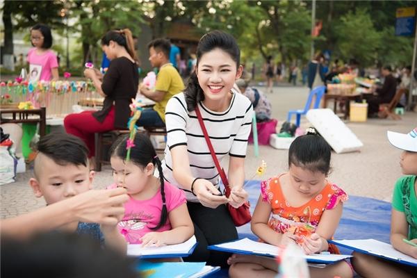 Hoa hậu Ngọc Hân, Á hậu Thanh Tú dạy vẽ cho trẻ em trên phố