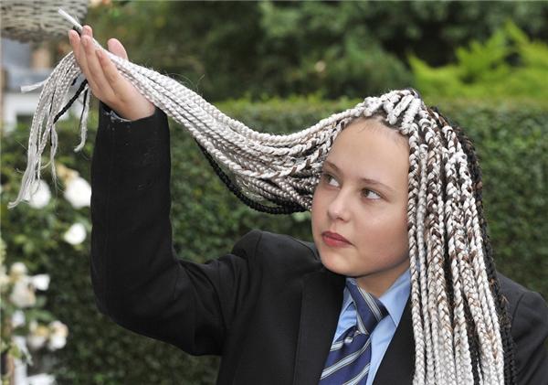 CảChenise và bạn của mìnhđều để cùng kiểu tóc nhưng cô bạnlại có thể ung dung ra vào trường.