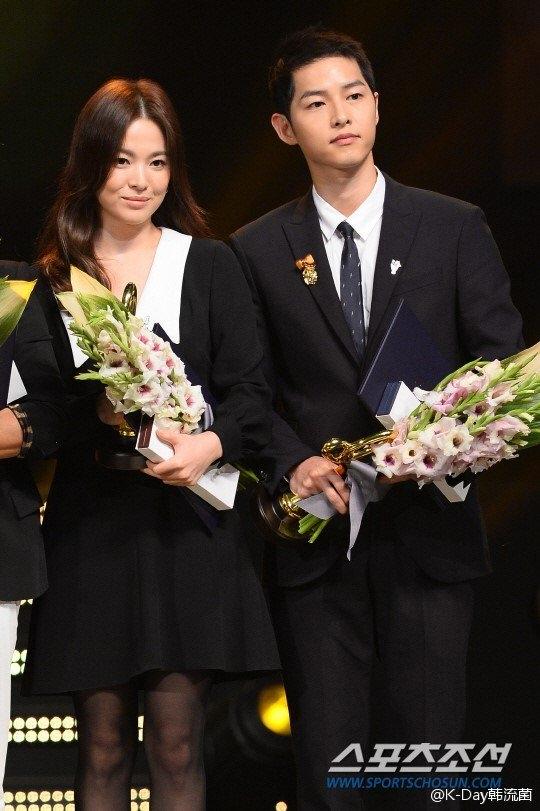 Song Hye Kyo tỏ thái độ khi Song Joong Ki thân mật với cô gái khác