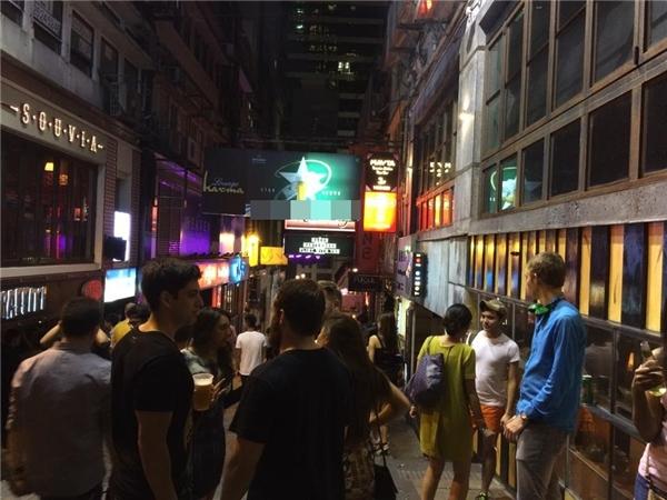 Các quán bar nhiều khi đông khách đến mức không có chỗ để chen vào. Do đó, du khách có thể chọn tiệc tùng ngay trên đường phố và mua đồ uống từ các cửa hàng tiện lợi.