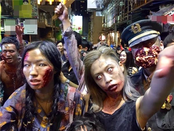 Tại đây,du khách nước ngoài đã hóa trang thành nhiều hình tượng các nhân vật ma quỷ, những hồn ma, xác sống dạo chơi để hưởng ứng ngày hội hóa trang Halloween.
