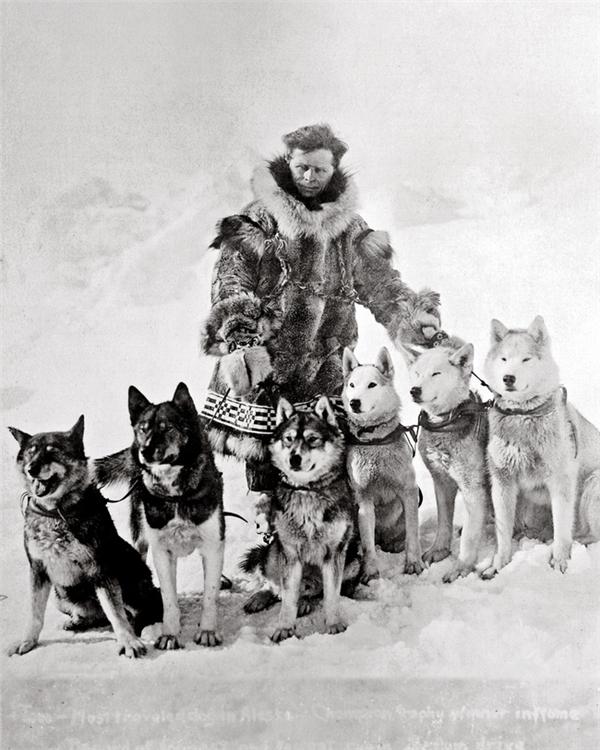 Seppala Leonhard cùng với đàn chó kéo xe của mình.