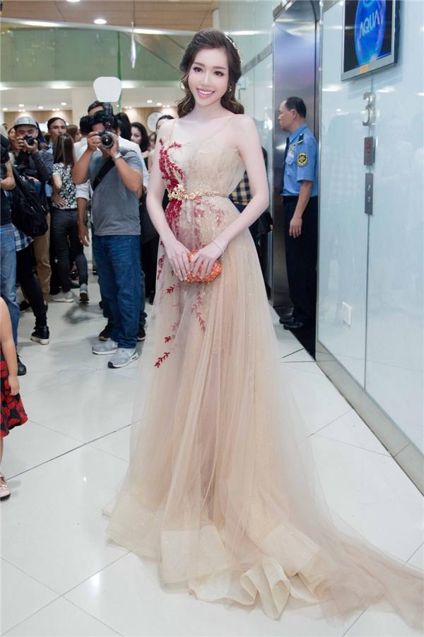 Kiểu váy trong suốt giúpElly Trần thở thành nữ thần với vẻ đẹp nhẹ nhàng, thanh thoát tựa một nhành hoa.  - Tin sao Viet - Tin tuc sao Viet - Scandal sao Viet - Tin tuc cua Sao - Tin cua Sao
