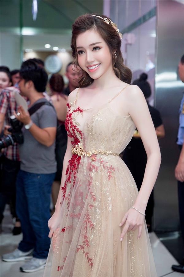 Elly Trần xinh đẹp tựa nữ thần, khoe đường cong với váy trong suốt - Tin sao Viet - Tin tuc sao Viet - Scandal sao Viet - Tin tuc cua Sao - Tin cua Sao
