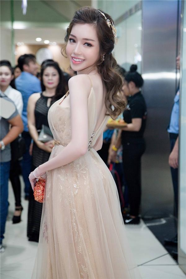 Nụ cười xinh đẹp của nữ diễn viên trở nên thu hút trong không gian của buổi họp báo. - Tin sao Viet - Tin tuc sao Viet - Scandal sao Viet - Tin tuc cua Sao - Tin cua Sao
