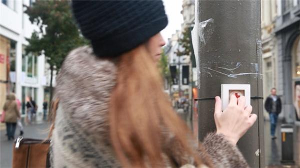 Khi gặp sự cố với smartphone, bạn chỉ cần bấm vào nút khẩn cấp được đặt khắp nơi trên đường. (Ảnh chụp màn hình)