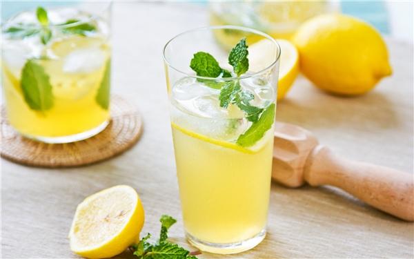 Chanh chứa vitamine C, axit citric tốt cho cơ thể.