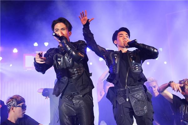 """Hai anh chàng điển trai Toki và K.O của Uni5diện trang phục như những """"chiến binh"""" thực thụ, trình diễn đầy chuyên nghiệp trong Xin hãy rời xa, C'MON. - Tin sao Viet - Tin tuc sao Viet - Scandal sao Viet - Tin tuc cua Sao - Tin cua Sao"""