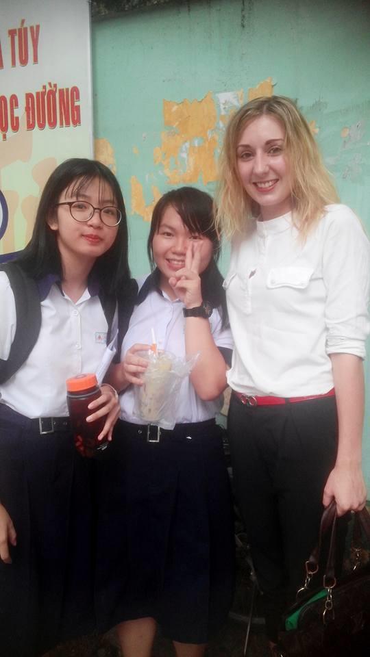 Cô giáo Tây xinh đẹp thân thiệnchụp hình cùng các em học sinh.(Ảnh: FBNV)