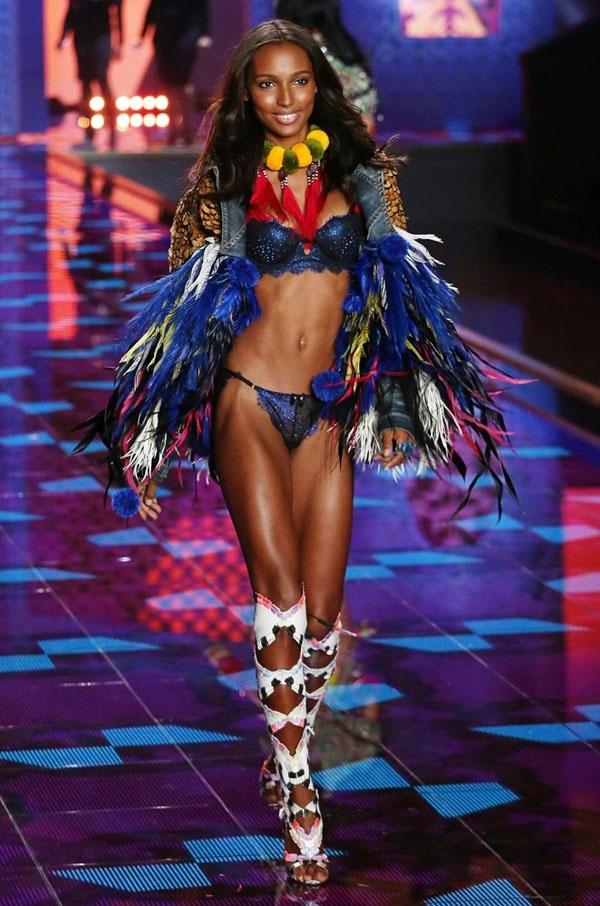 Với chiều cao 1m75 cùng thân hình bốc lửa, Jasmine Tookes được trang Models.com đánh giá là 1 trong 10 người mẫu mới đáng chú ý nhất năm 2011 Nàng mẫu 24 tuổi bắt đầu catwalk cho Victoria's Secret từ năm 2012. Năm 2015, cô chính thức gia nhập đội ngũ thiên thần.