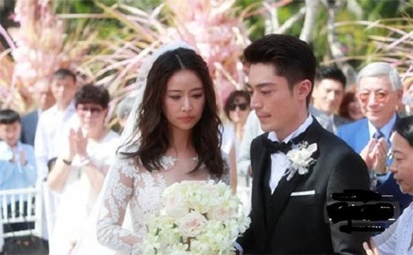 Trong ngày cưới Hoắc Kiến Hoa rất kiệm nở nụ cười.