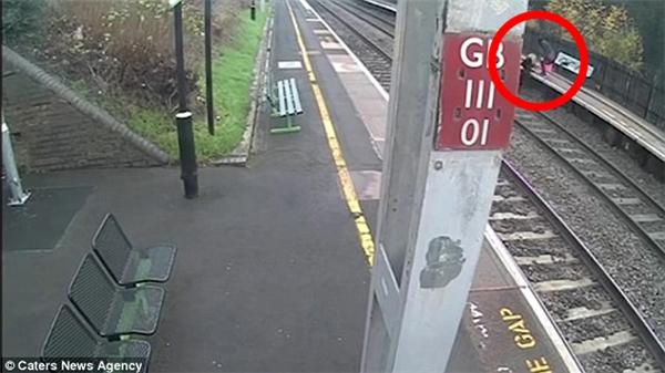 Camera an ninh cho thấy 2 cô gái đang tìm cách băng qua sân ga, một người đã nhảy xuống đường ray.