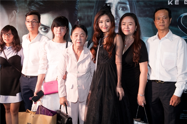 Không đến dự sự kiện một mình, Midu còn đưa đại gia đình đi xem phim docô thủ vai chính. Nữ diễn viên luôn nở nụ cười hạnh phúc khi chụp ảnh lưu niệm cùng bố mẹ, bà, em trai. - Tin sao Viet - Tin tuc sao Viet - Scandal sao Viet - Tin tuc cua Sao - Tin cua Sao