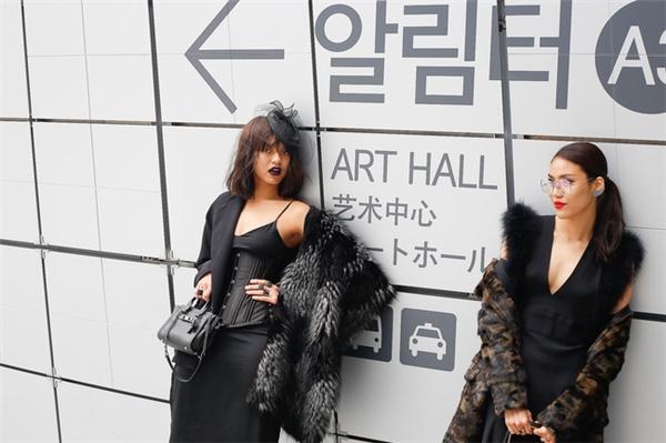 """Đến tham dự Tuần lễ Thời trang Seoul Xuân - Hè 2017 vừa qua, Mai Ngô khiến khán giả, người hâm mộ vô cùng bất ngờ bởi phong cách thời trang """"dừ"""" hơn tuổi thật. Bộ cánh màu đen được phối nhiều lớp của nữ người mẫu trông khá rối mắt. Ngoài ra, món phụ kiện mà Mai Ngô kết hợp cũng hoàn toàn không ăn nhập với trang phục."""