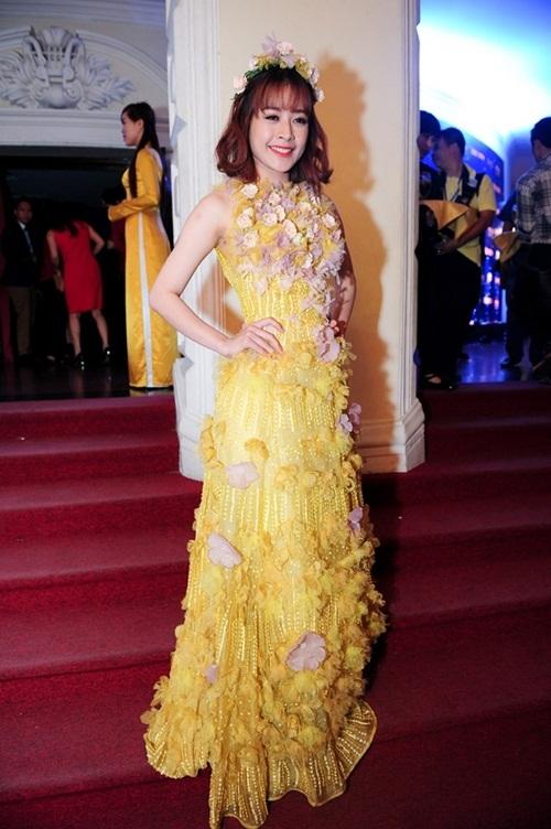 Với bộ váy quá nhiều họa tiết hoa như thế này, chiếc cài tóc của Chi Pu hoàn toàn không cần thiết.