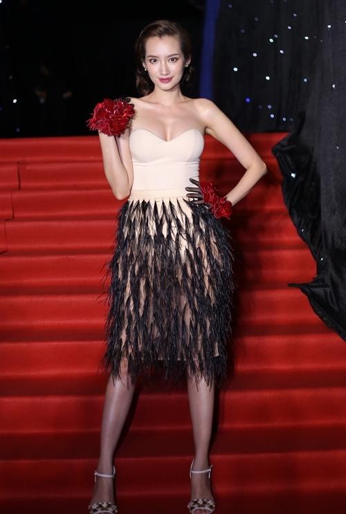 Trúc Diễm mất điểm khi phối phụ kiện màu đỏ nổi bật cùng tông pastel ngọt ngào. Phần chân váy cũng trông kém tinh tế với chi tiết lông đính kết lưa thưa.