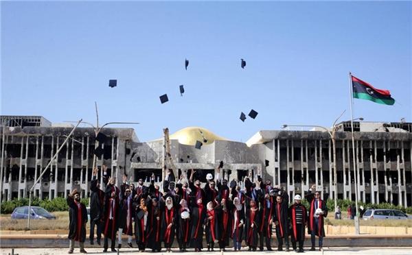 sinh viên khoa Luật và Kỹ thuật thuộc Đại học Benghazi ở Libya chụp ảnh tốt nghiệp trước tòa nhà chính của trường.