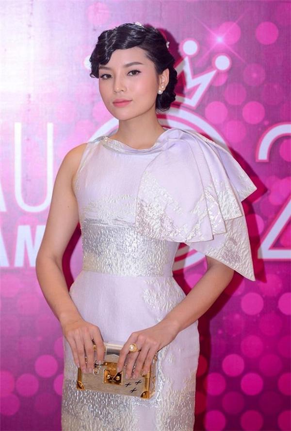 Tham gia buổi họp báo Hoa hậu Việt Nam 2016 vòng chung khảo khu vực phía Bắc, Kỳ Duyên khiến khán giả choáng váng với vẻ ngoài già nua bởi kiểu tóc uốn xoăn ở phần mái. Đây được xem như lần xuất hiện mất điểm nhất của Kỳ Duyên trong 2 năm trở lại đây.
