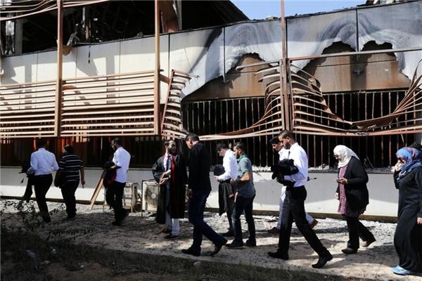 Họ cũng dành thời gian để đi vòng quanh ngôi trường bị phá hủy bởi bom đạn.