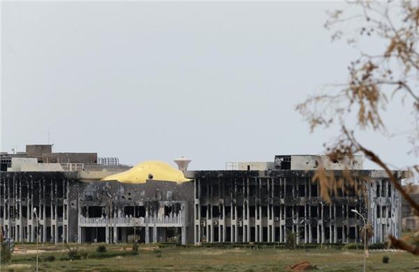 Tòa nhà hành chính của Đại học Benghazi cũng bị tàn phá bởi bom đạn từ các cuộc xung đột giữa các lực lượng ủng hộ chính phủ với quân địa phương và Hội đồng Shura cách mạng Benghazi.