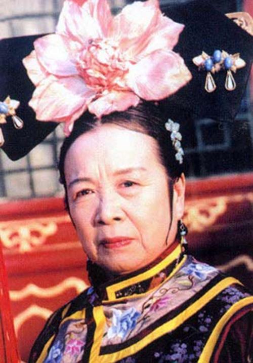 """80 tuổi, """"Dung Ma Ma"""" cô độc trên tàu điện khiến netizen xót xa"""