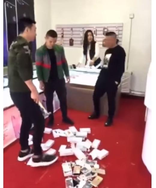 Ông chủthách thức anh phá nát cửa hàng của mình.