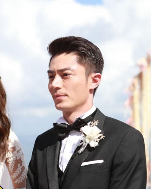 """Biểu cảm """"mặt lạnh như tiền"""" của Hoắc Kiến Hoa trong ngày cưới."""