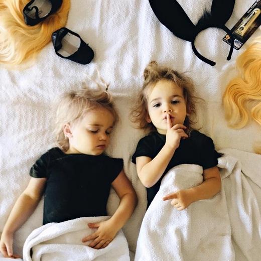 Hai bé rất biết cách tạo dáng trước ống kính.