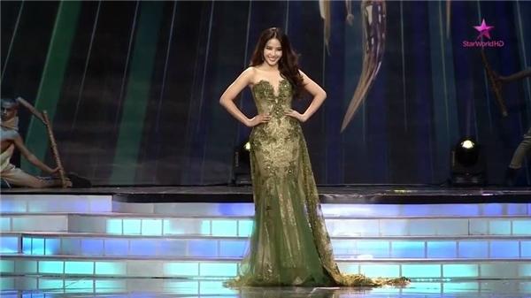 Đại diện Việt Nam trình diễn trang phục dạ hội.