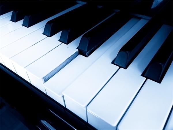 Ai mới thực sự là người đang dùngchiếc piano kia?