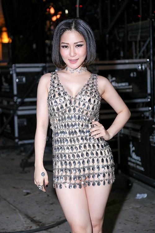 Trong đêm nhạc tối qua, Hương Tràm đốt mắt khán giả với bộ váy đính pha lê ngắn cũn, xẻ ngực sâu. Thiết kế kết hợp bodysuit màu da bên trong để tránh hớ hênh.