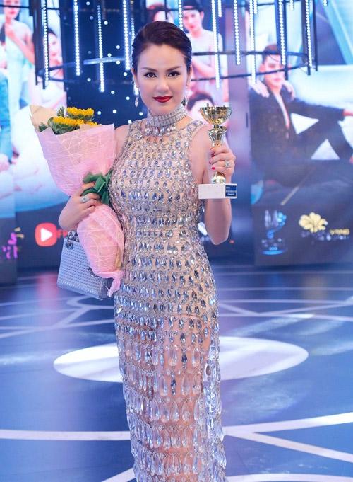 Á hậu Phương Lê chọn kiểu đầm dài, cổ cao mang màu sắc của phong cách cổ điển. Bộ cánh này cũng giúp người đẹp giành giải Trang phục Dạ hội đẹp nhất tại Đêm hội Chân dài 2016 vừa qua.