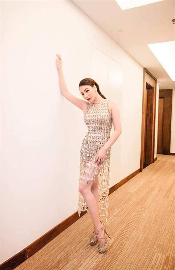 Hồ Quỳnh Hương khoe dáng ngọc ngà trong thiết kế có cấu trúc bất đối xứng hiện đại. Nữ ca sĩ tỏ ra không hề kém cạnh Tóc Tiên hay Hương Tràm.